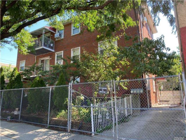 7 BR,  6.00 BTH Trilevel style home in Astoria