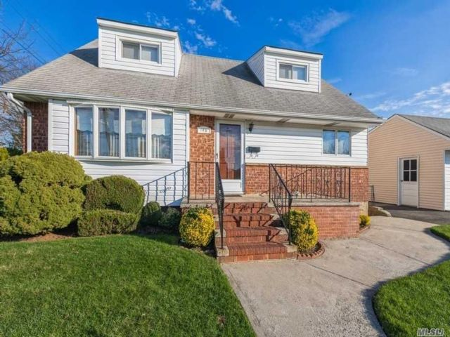 4 BR,  3.00 BTH  Exp cape style home in Elmont
