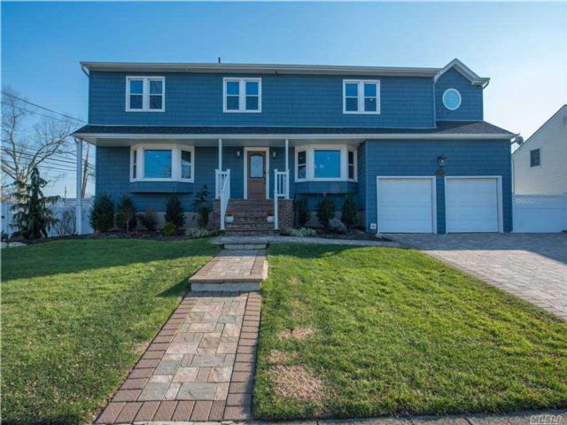4 BR,  4.00 BTH Colonial style home in Merrick