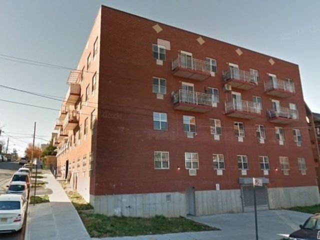 3 BR,  2.00 BTH Apt in house style home in Corona