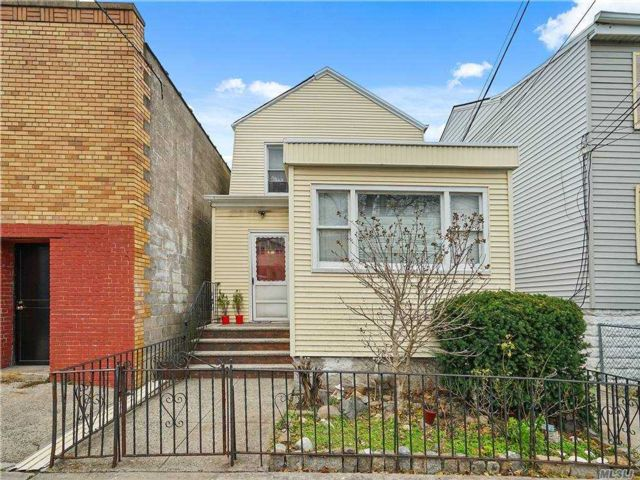 6 BR,  3.00 BTH Colonial style home in Woodside