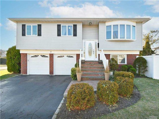 4 BR,  3.00 BTH  Hi ranch style home in Bethpage