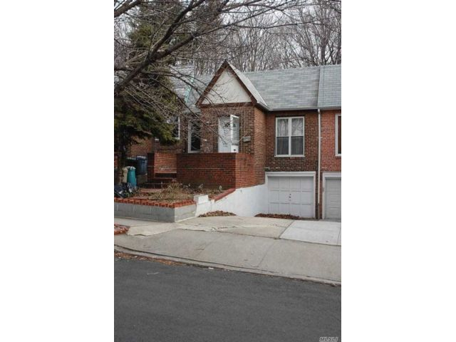 2 BR,  2.00 BTH Hi ranch style home in Rego Park
