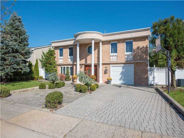 5 BR,  5.00 BTH Splanch style home in Bellmore