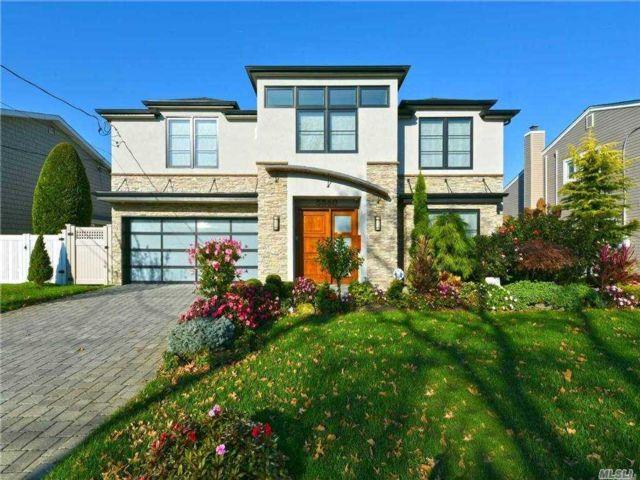 4 BR,  5.00 BTH Splanch style home in Merrick