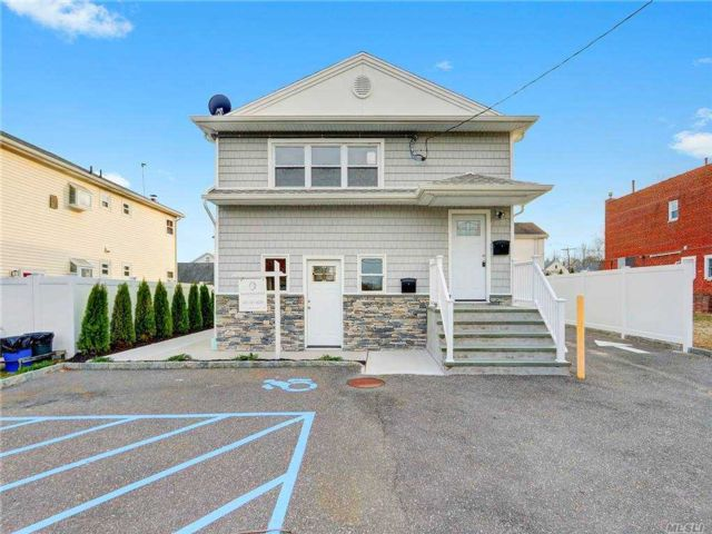 3 BR,  2.00 BTH  Apt in house style home in Glen Head