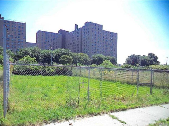 Lot <b>Size:</b> 40x100  Land style home in Far Rockaway