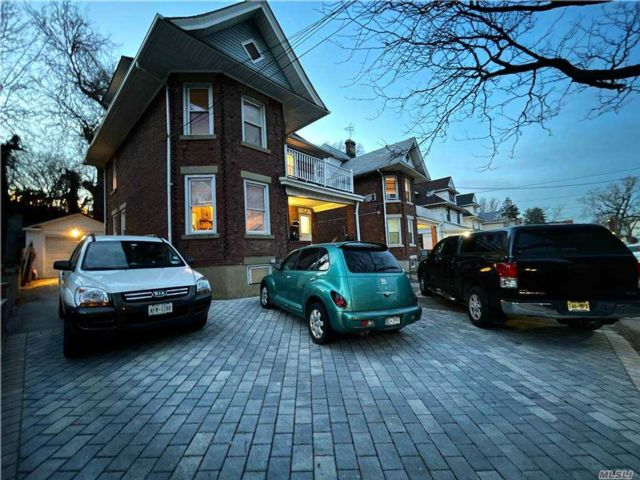 6 BR,  2.00 BTH Contemporary style home in Flushing