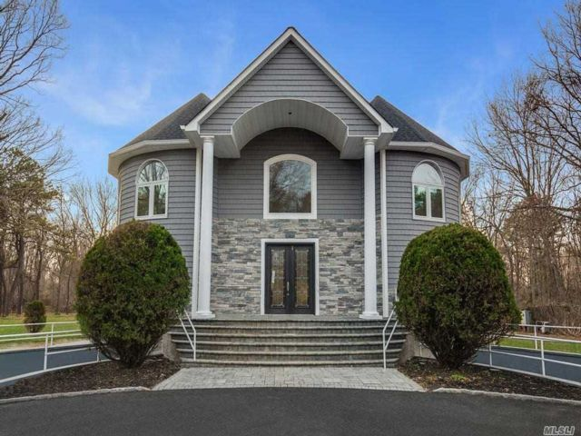 6 BR,  7.00 BTH Victorian style home in Dix Hills