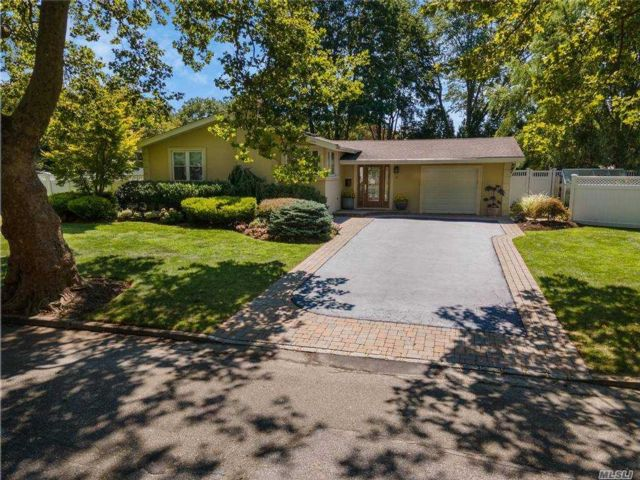 3 BR,  3.00 BTH Ranch style home in Dix Hills