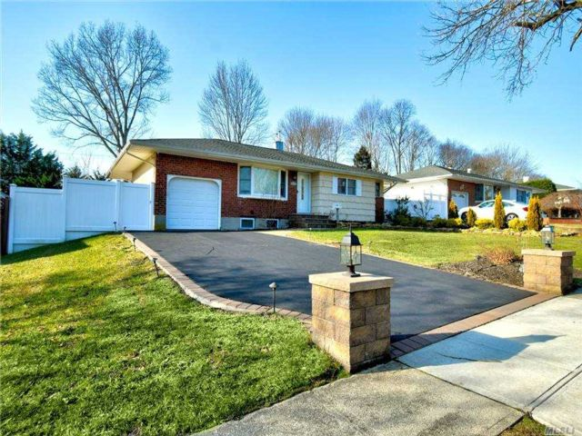 4 BR,  3.00 BTH Exp ranch style home in Commack