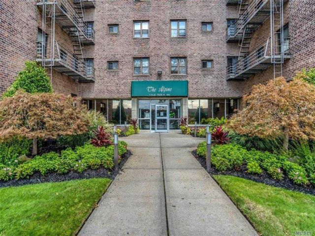 1 BR,  1.00 BTH Mid rise style home in Hollis