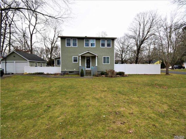 4 BR,  3.00 BTH Colonial style home in Brookhaven