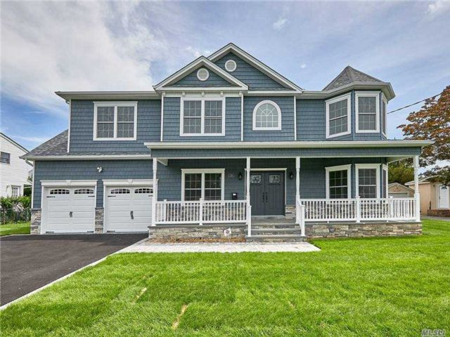 5 BR,  4.00 BTH Colonial style home in Merrick