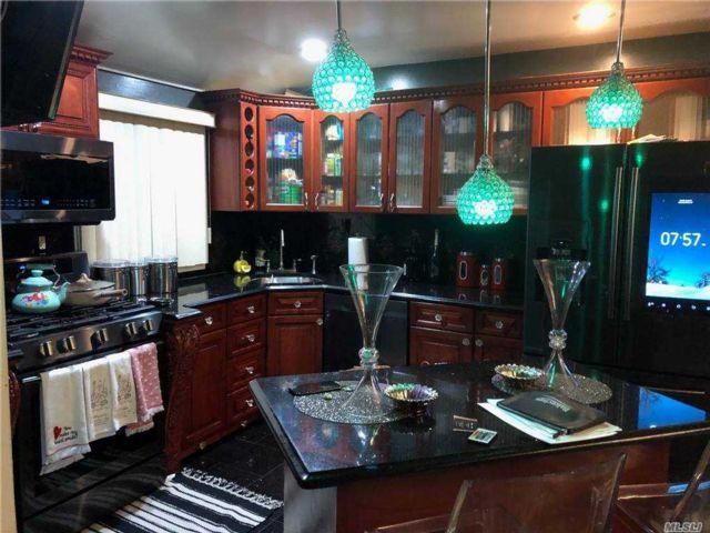 6 BR,  4.00 BTH Duplex style home in Bellerose