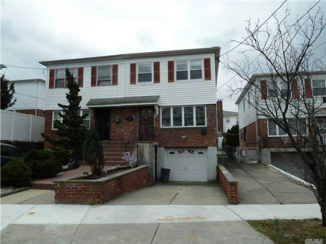 3 BR,  3.00 BTH Colonial style home in Whitestone