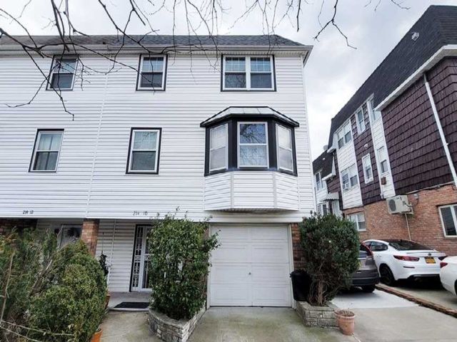 7 BR,  5.00 BTH Split level style home in Bayside