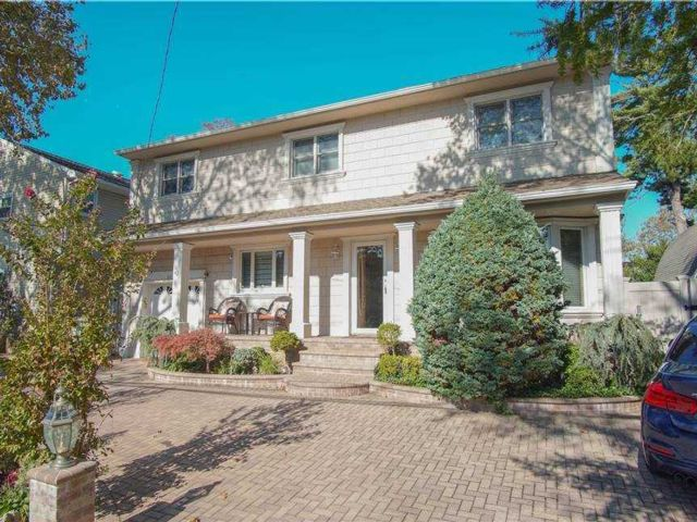 5 BR,  3.00 BTH Colonial style home in Oceanside