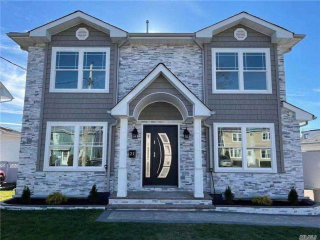 4 BR,  4.00 BTH Contemporary style home in Plainview
