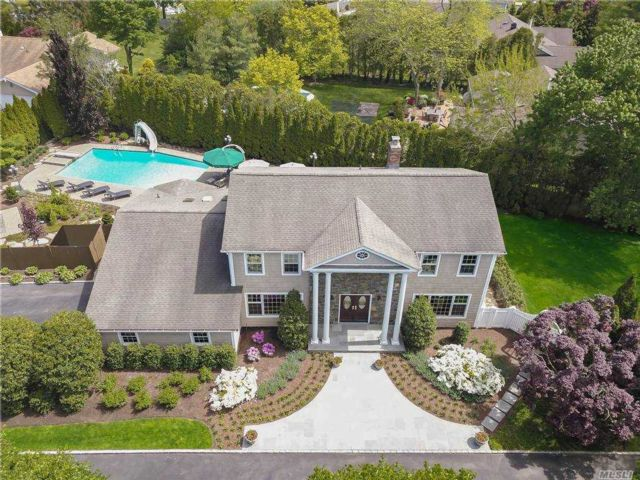 4 BR,  3.00 BTH Colonial style home in Muttontown