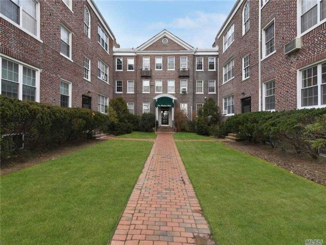 2 BR,  1.00 BTH Mid rise style home in Woodmere