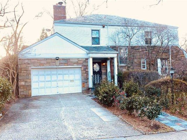 5 BR,  5.00 BTH Colonial style home in Jamaica Estates