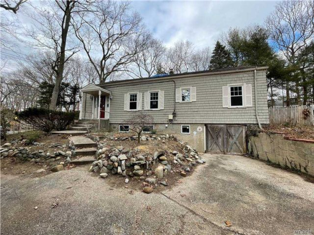 3 BR,  2.00 BTH  Farm ranch style home in Smithtown