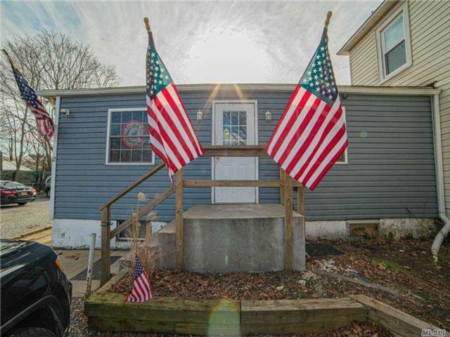 Studio,  0.00 BTH  Commercial style home in West Islip