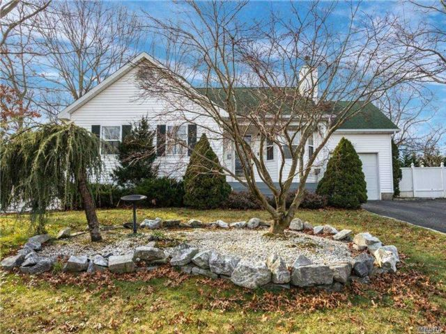3 BR,  3.00 BTH Ranch style home in Coram