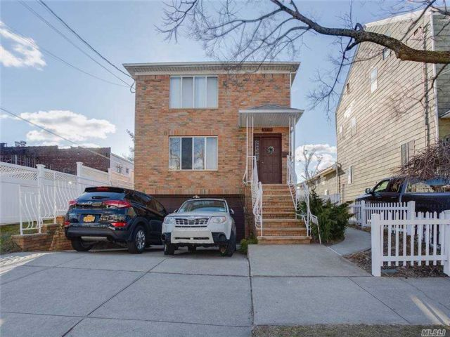 4 BR,  5.00 BTH Colonial style home in Whitestone