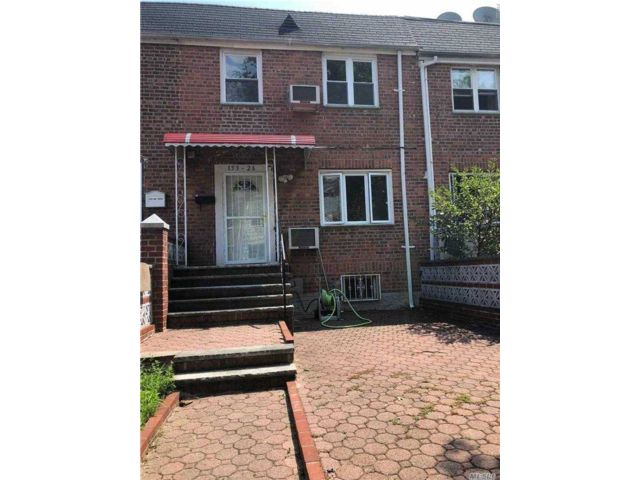 3 BR,  3.00 BTH  Other style home in Flushing