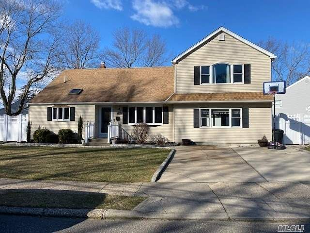 5 BR,  2.00 BTH  Split level style home in Smithtown