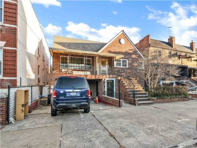 3 BR,  3.00 BTH  Exp ranch style home in Long Island City
