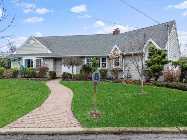 4 BR,  3.00 BTH  Farm ranch style home in Massapequa