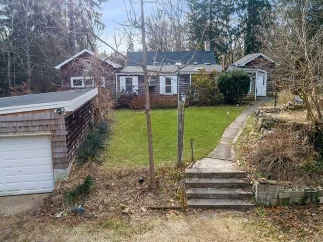 5 BR,  3.00 BTH Ranch style home in South Huntington