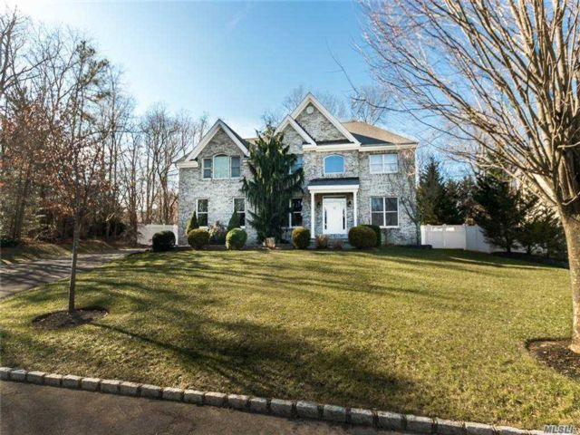 5 BR,  4.00 BTH Colonial style home in Nesconset