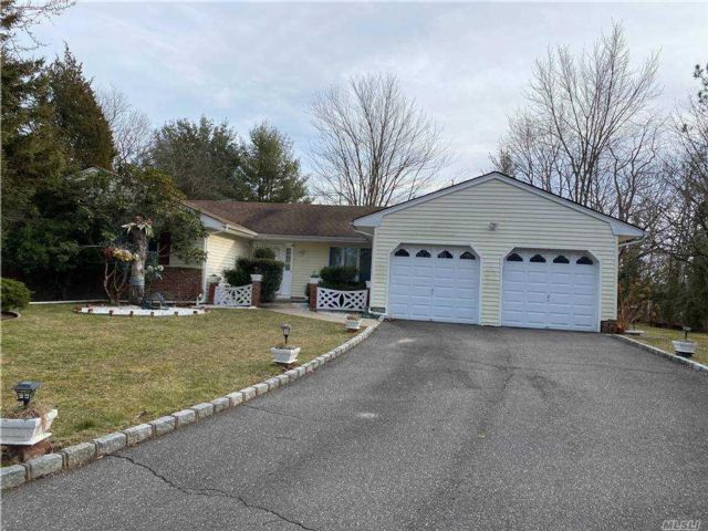3 BR,  2.00 BTH  Ranch style home in Greenlawn