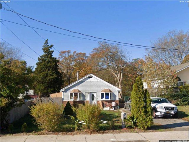 3 BR,  3.00 BTH Cape style home in Shirley