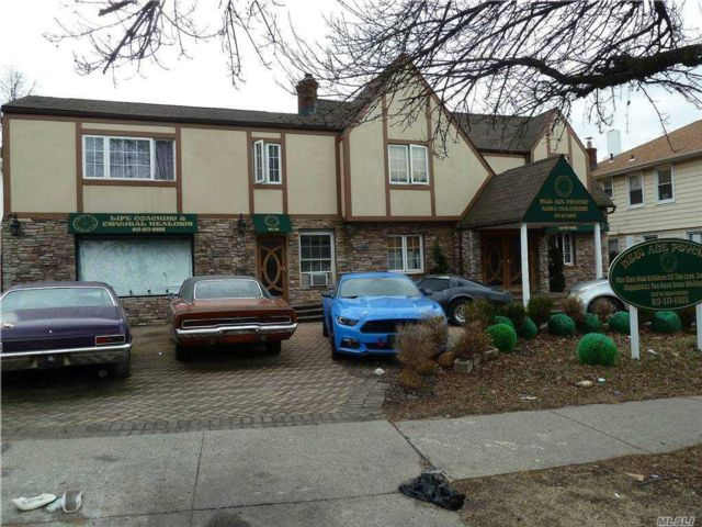 4 BR,  4.00 BTH Colonial style home in Kew Garden Hills