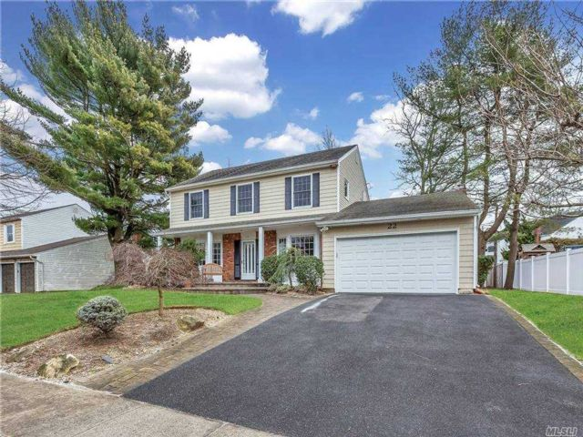 5 BR,  3.00 BTH  Colonial style home in Woodbury