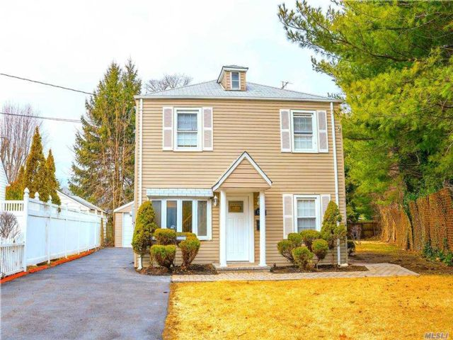 5 BR,  2.00 BTH Colonial style home in Uniondale
