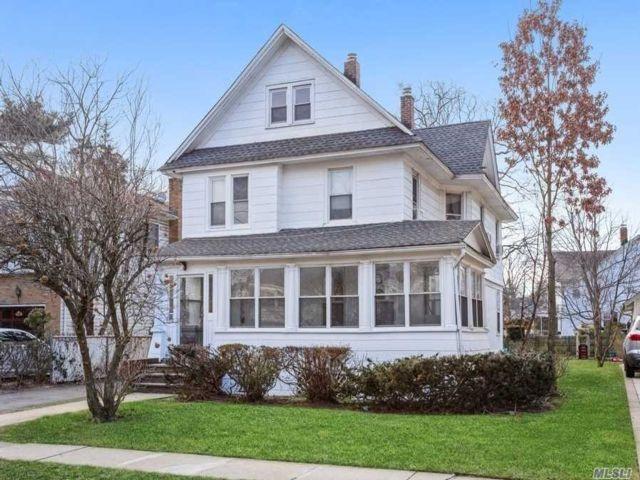 6 BR,  3.00 BTH Duplex style home in East Rockaway