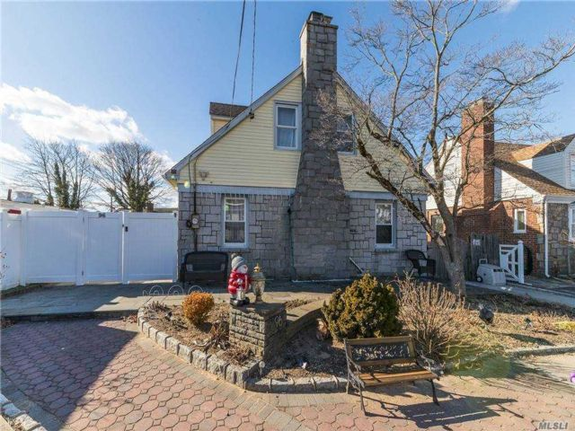 4 BR,  3.00 BTH Exp cape style home in East Rockaway