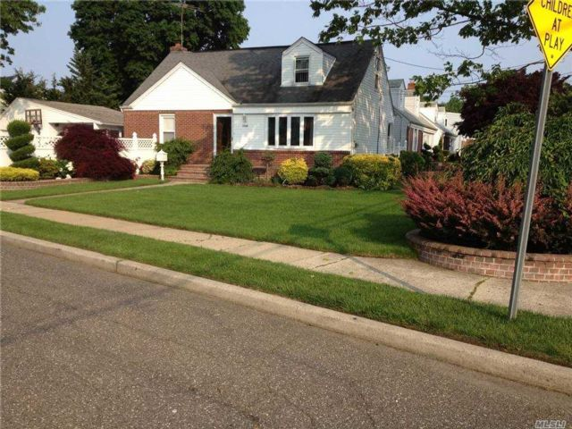 4 BR,  3.00 BTH Duplex style home in Uniondale