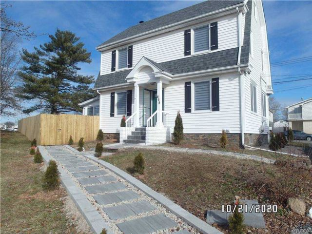 5 BR,  2.00 BTH Colonial style home in Great Kills