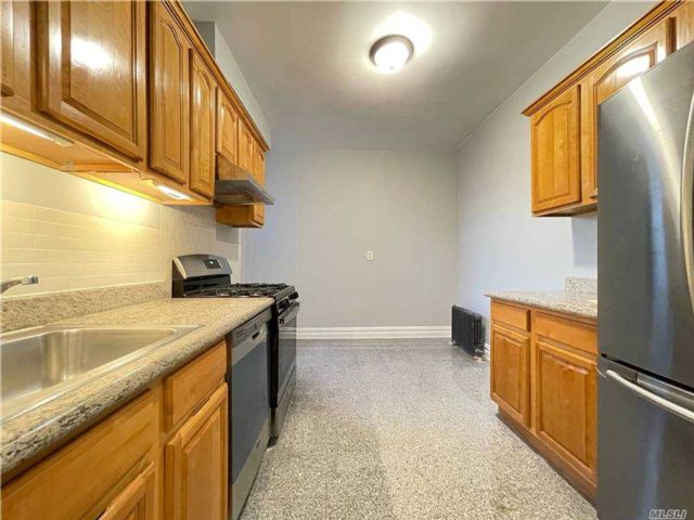 2 BR,  1.00 BTH  Mid rise style home in Sunnyside