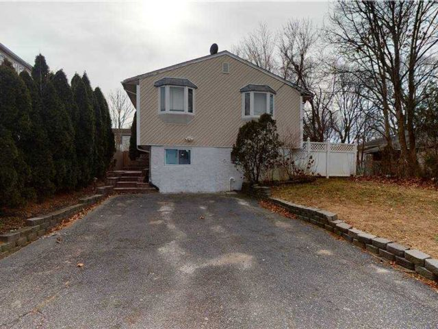 3 BR,  2.00 BTH Raised ranch style home in Selden