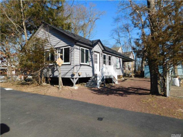 4 BR,  2.00 BTH  Seasonal style home in Wading River