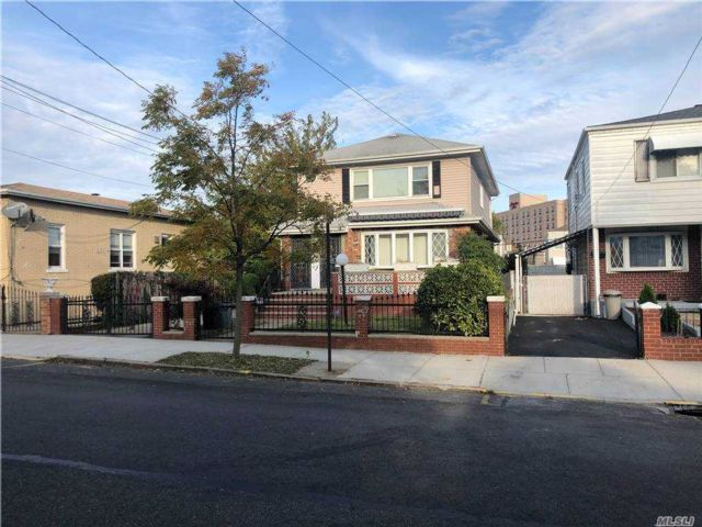 6 BR,  3.00 BTH Colonial style home in Flushing