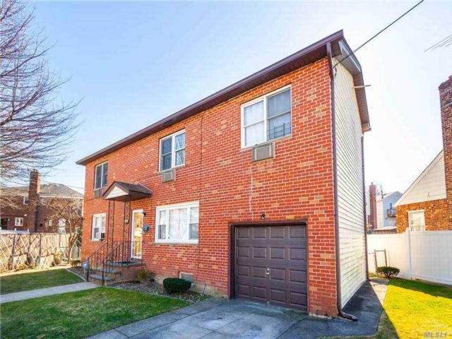 5 BR,  4.00 BTH Colonial style home in Whitestone